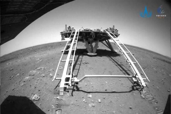 Cosa ci dicono le prime foto in arrivo dal rover cinese sbarcato su Marte