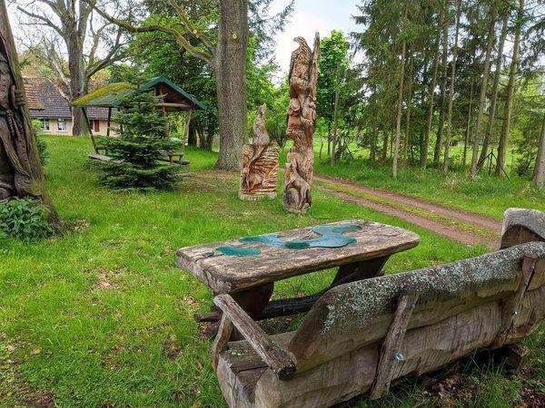 Skulpturen in der Waldsiedlung Setzsteig. Foto: Lars Sittig