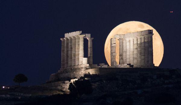 Το σούπερ-φεγγάρι ανατέλλει στον ναό του Ποσειδώνα στο Σούνιο, φωτογραφία του Μάριου Λώλου