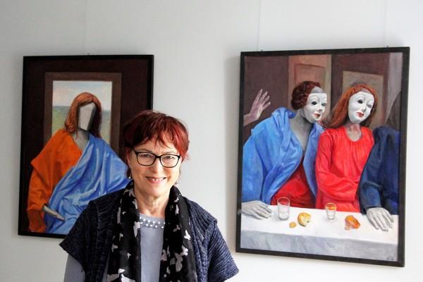 Gudrun Brüne zeigt ihre Bilder im Schloss Ribbeck. (Foto: Marlies Schnaibel)