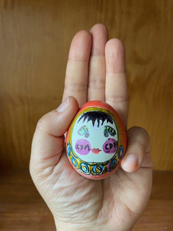 Photo d'un oeuf de Pâques dessiné par Meemalee et représentant la poupée traditionnelle qui se redresse toujours