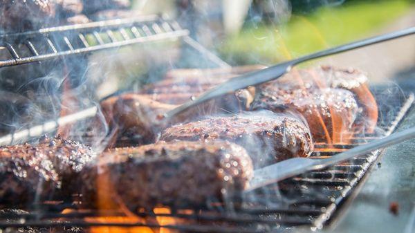 8 Tipps, mit denen Ihr Grillabend läuft wie Kräuterbutter auf einem Steak