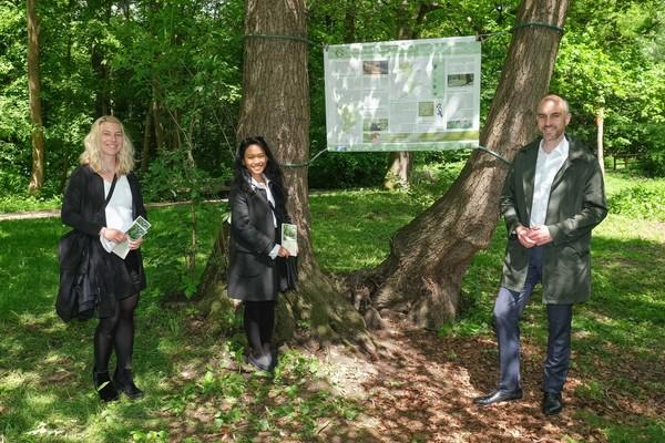 Oberbürgermeister Belit Onay hat den Natur- und Kulturpfad gemeinsam mit den Studentinnen Diana Braukmüller und Nathania Tulak eröffnet. (Foto: Tim Schaarschmidt)