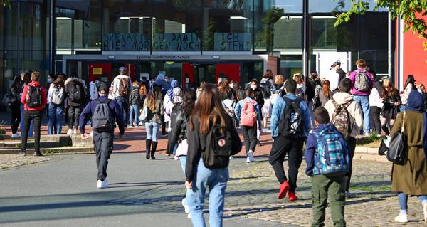 An der IGS strömen die Schüler nur so zum Unterricht. (Foto: Behrens)