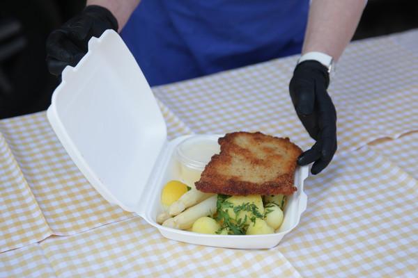 Beelitzer Spargel mit Schnitzel und Kartoffeln. Foto: Bungert