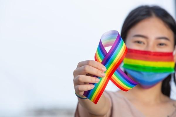 Si vas a un evento presencial este Mes del Orgullo: ¡No olvides tu cubrebocas!