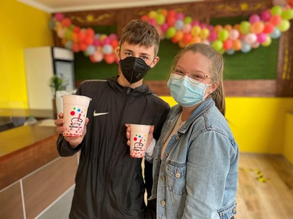 Die ersten Kunden im Rathenower Bubble-Tea-Geschäft. (Foto:Christin Schmidt)