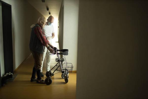 Kabinett beschließt Pflegereform - Tariflöhne kommen