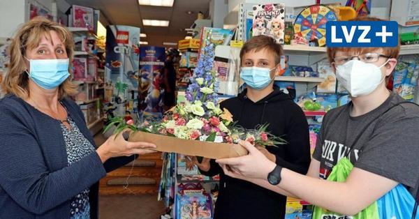 Zum Kindertag: Zwei Jungs bringen Leipziger Spielzeugladen-Chefin Blumen und ein Dankeschön