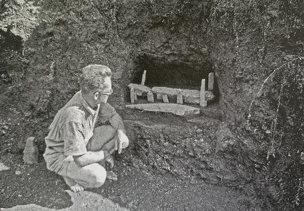 Mulloy devant l'un des marae miniatures découverts en 1956 (Rapa, une île du Pacifique dans l'histoire de Christian Ghasarian)