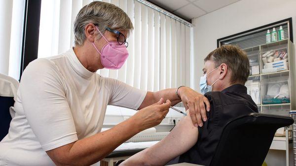 Betriebsärzte beginnen mit Corona-Impfungen – Was Mitarbeiter nun wissen müssen