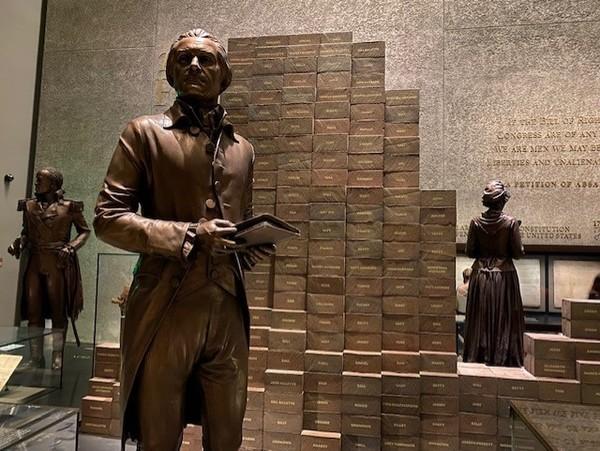 Jefferson vor Klötzen, die die Namen seiner Sklaven tragen. Foto: Fabian Reinbold