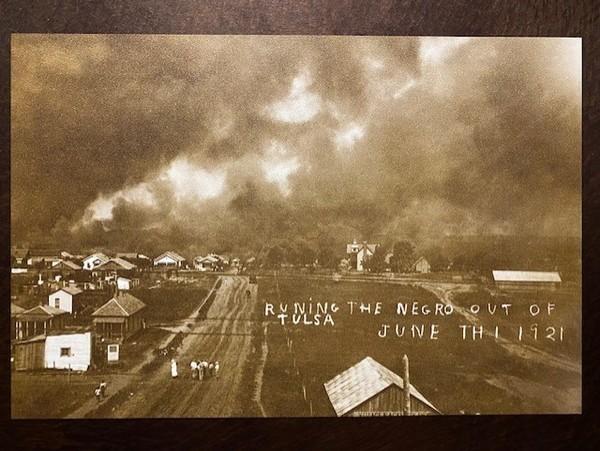 """Ein Ausstellungsstück: Die """"Vertreibung des Negro aus Tulsa"""" diente als Postkartenmotiv."""
