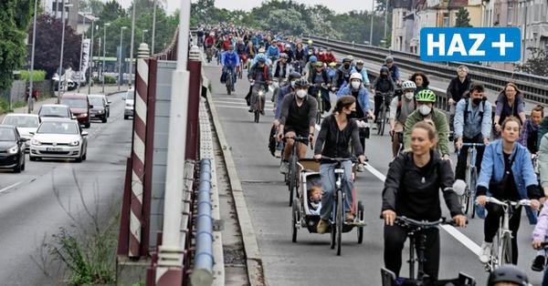 Protest gegen Ausbau: 2500 Klimaaktivisten radeln über gesperrten Südschnellweg
