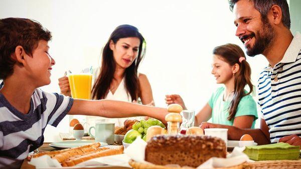 """""""Essen sollte nicht stressen"""" – Ernährungsmedizinerin zu Essgewohnheiten, die der ganzen Familie guttun"""