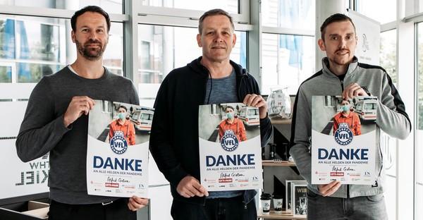Daniel Pankhofer und Tim Schlichting vom VfL mit Schirmherr Alfred Gislason (M.)