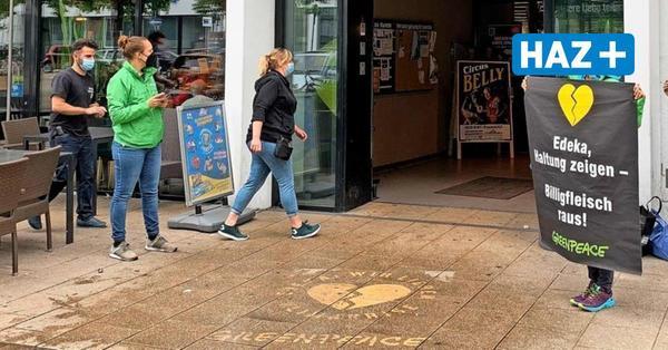Greenpeace protestiert vor Edeka gegen Billigfleisch