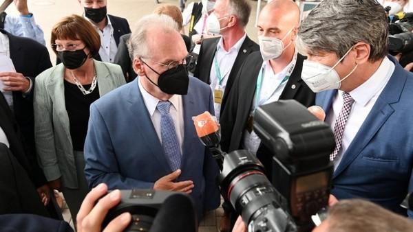 Im Visier der Kameras: Der alte und neue Ministerpräsident Reiner Haseloff. Foto: dpa