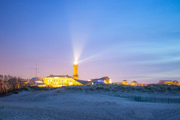 Warnemünder Leuchtturm kurz nach Sonnenuntergang (Foto: Elias Fink)