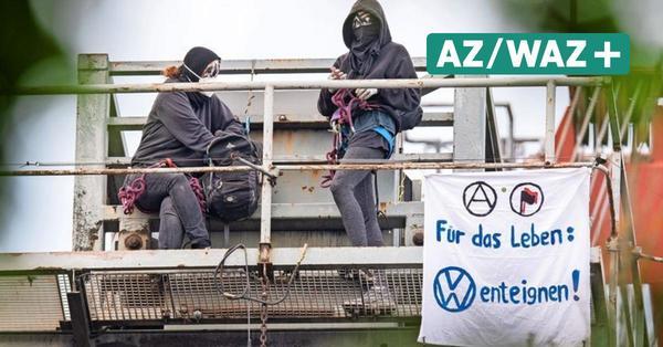 Klima-Aktivisten ketten sich an Schienen und Kränen fest: VW kündigt juristische Schritte an