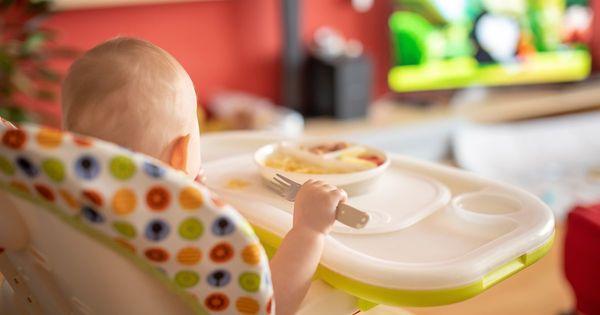 La télé à table, indigeste pour le développement des enfants