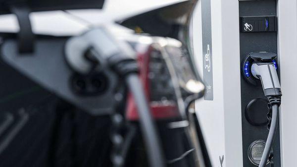 Wie gefährlich sind Brände bei Elektro-Fahrzeugen und was ist zu tun?