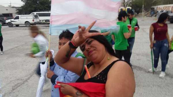 La bandera trans estuvo siempre presente en la campaña de Paloma, al igual que sus amigas.