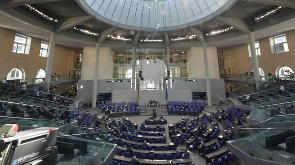 """Bundestag verlängert """"epidemische Lage"""" bis Ende September"""