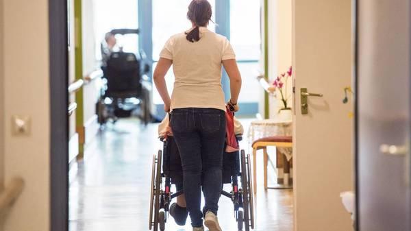 Spahns Pflegereform ist beschlossen: Pflegekräfte werden ab September 2022 nach Tarif bezahlt