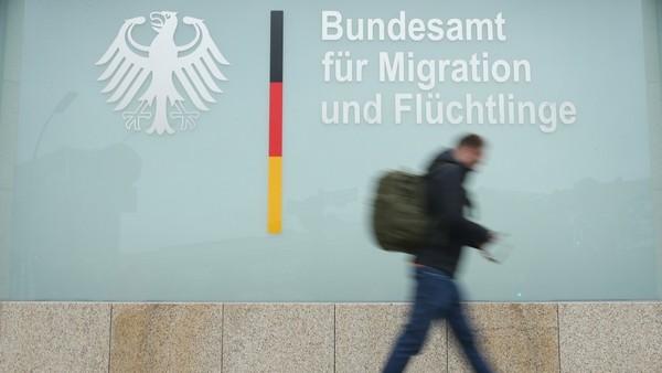 Datenschutz: Auslesen von Handydaten bei Geflüchteten rechtswidrig - Politik - SZ.de