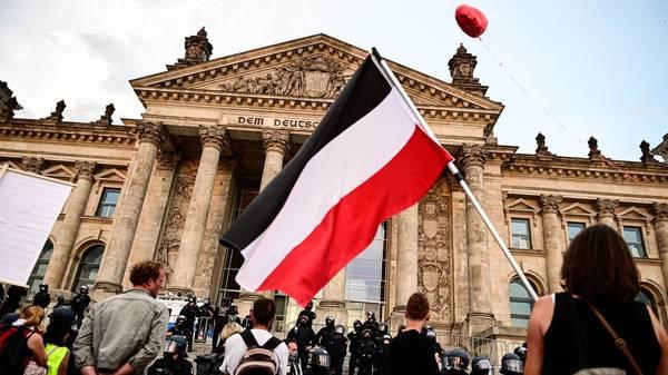 Reichsfahnen und Reichskriegsflaggen: Innenminister einig über bundesweites Verbot