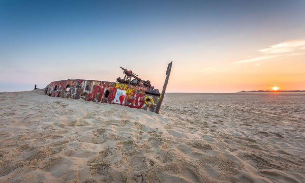 Schiffswracks entdecken bei der Wattwanderung an der Nordsee