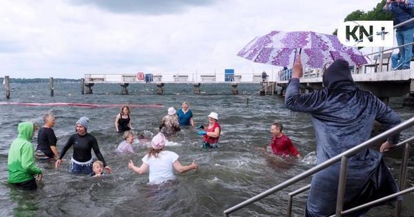 Seebadeanstalt Heikendorf: Anbaden im Bademantel und Nachthemd