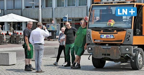 Gunnar Koech stellt sich auf dem Markt Fragen der Ratzeburger