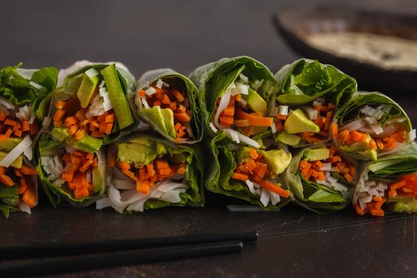 Frühlingsrollen mit Avocado und Reisnudeln