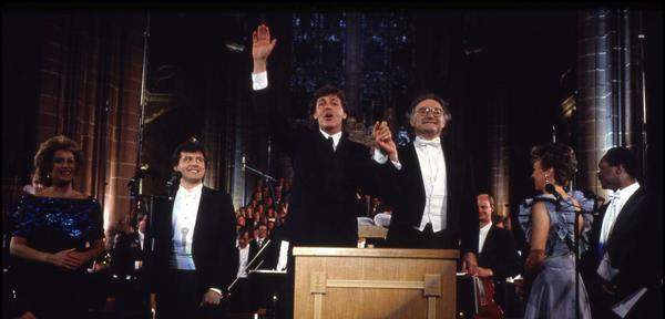 Paul McCartney de la mano de Sir Carl Davis saludando a la audiencia el día del estreno del Liverpool Oratorio.