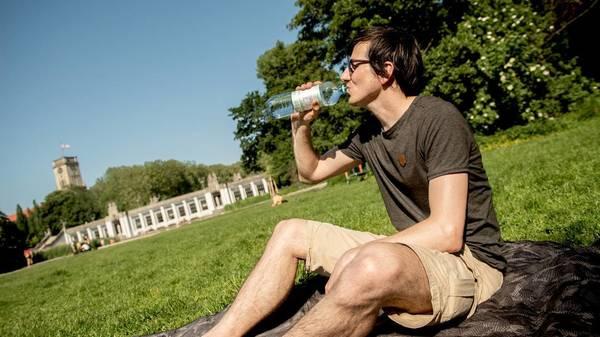 Hitze: Diese Symptome deuten auf Flüssigkeitsmangel hin