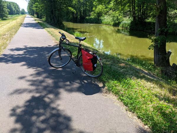 Auf dem Zauche-Radweg geht es am Emster-Kanal entlang. Foto: Lars Sittig
