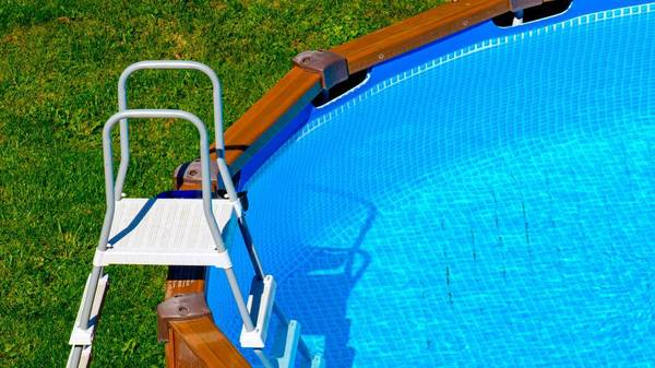 """Trübes Wasser im Pool: Was tun, wenn das """"kühle Nass"""" milchig wird?"""