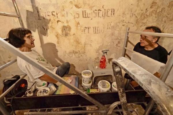 Petra und Udo Drott arbeiten beim Freilegen des Freskos. Foto: Uwe Klemens
