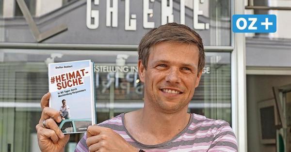 In der Fußgängerzone von Wismar: Steffen Dobbert liest aus seiner Liebeserklärung an MV