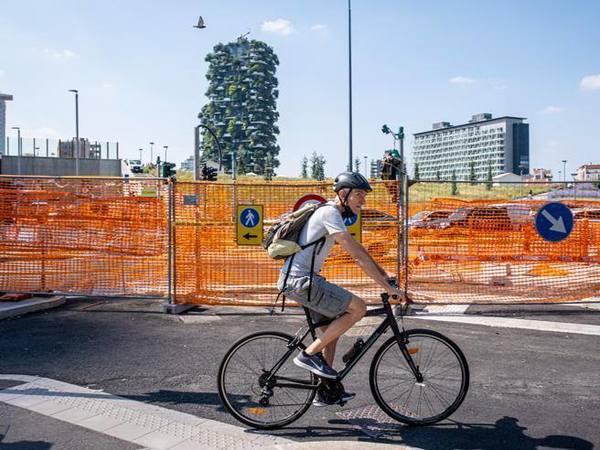 Piste ciclabili a Milano, quasi 300 chilometri in bici: ecco la pagella dei percorsi sicuri e delle strade trappola