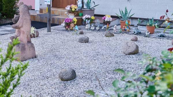 Garten verschönern: So lässt sich ein Schottergarten wieder in einen Naturgarten umwandeln