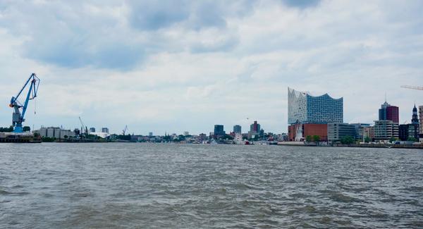 Après un tour sur la Bille, retour sur l'Elbe au niveau de la HafenCity (AD)