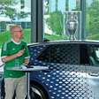 Seltenes Stück: EM-Pokal ist bei Autostadt-Besuchern gefragtes Fotomotiv
