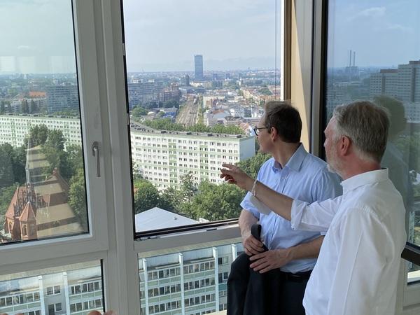 Michael Müller (SPD) und Sebastian Scheel (Linke) schauen auf ihre Stadt. Quelle: Michael Fabricius