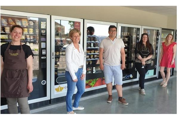 Huit entrepreneurs remplissent ensemble des distributeurs automatiques. -Acht ondernemers vullen samen automaten