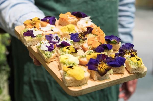 Lecker: Essbare Blüten verfeinern auch Brothäppchen. Foto: Robert Günther/dpa