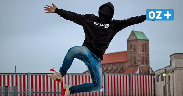 Junger Rapper aus Mecklenburg will mit Maske in die Charts: Wer steckt dahinter?