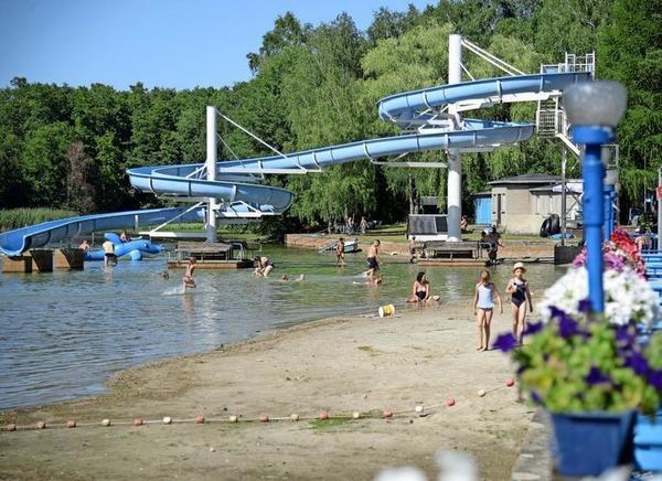 Im Waldbad Schmannewitz gibt es auch eine Riesenwasserrutsche Foto: Kristin Engel